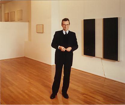 Winfried Reckermann vor der Ausstellung Gerhard von Gravenitz