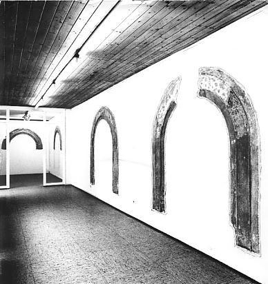 """Strappi"", Reliefbögen (1975), Florenz, Villa Romana Ausstellung Galerie Reckermann, 1976"