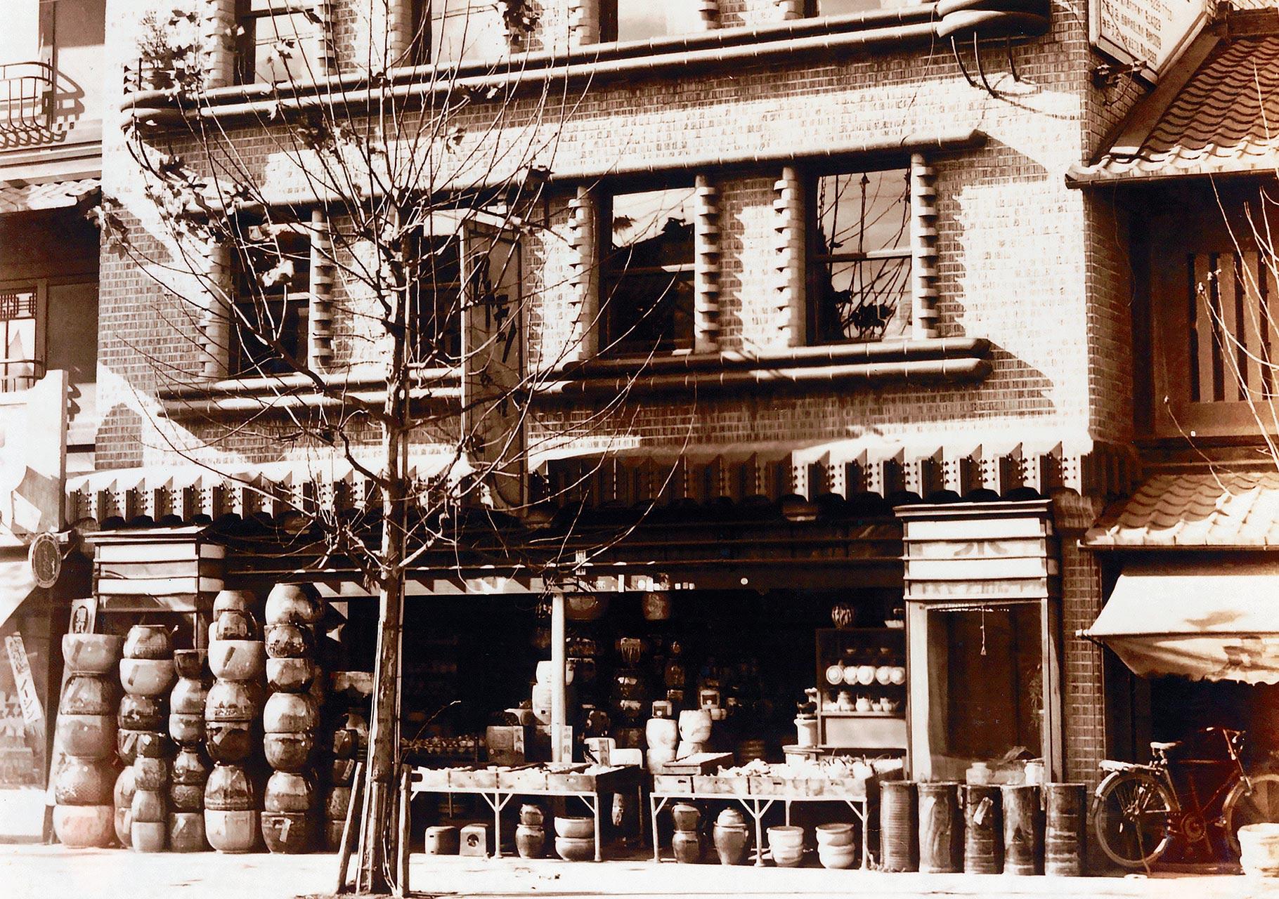 はじまりの地・京都。食器店がルーツなので、たくさんの食器や壺が並べられています。