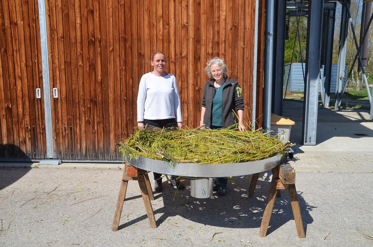 v.l. Elisabeth Herold, Ingrid Schubert mit dem fertigen Horst
