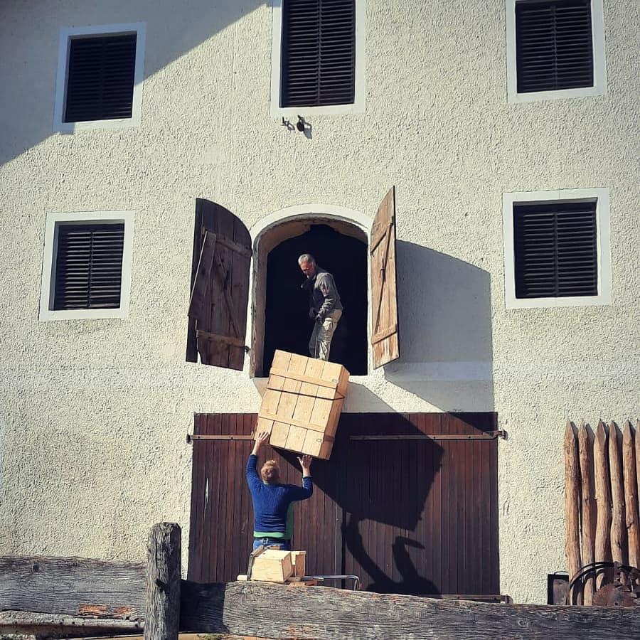 Bugsieren des Schleiereulenkasten in das Obergeschoss © Claudia Häußler