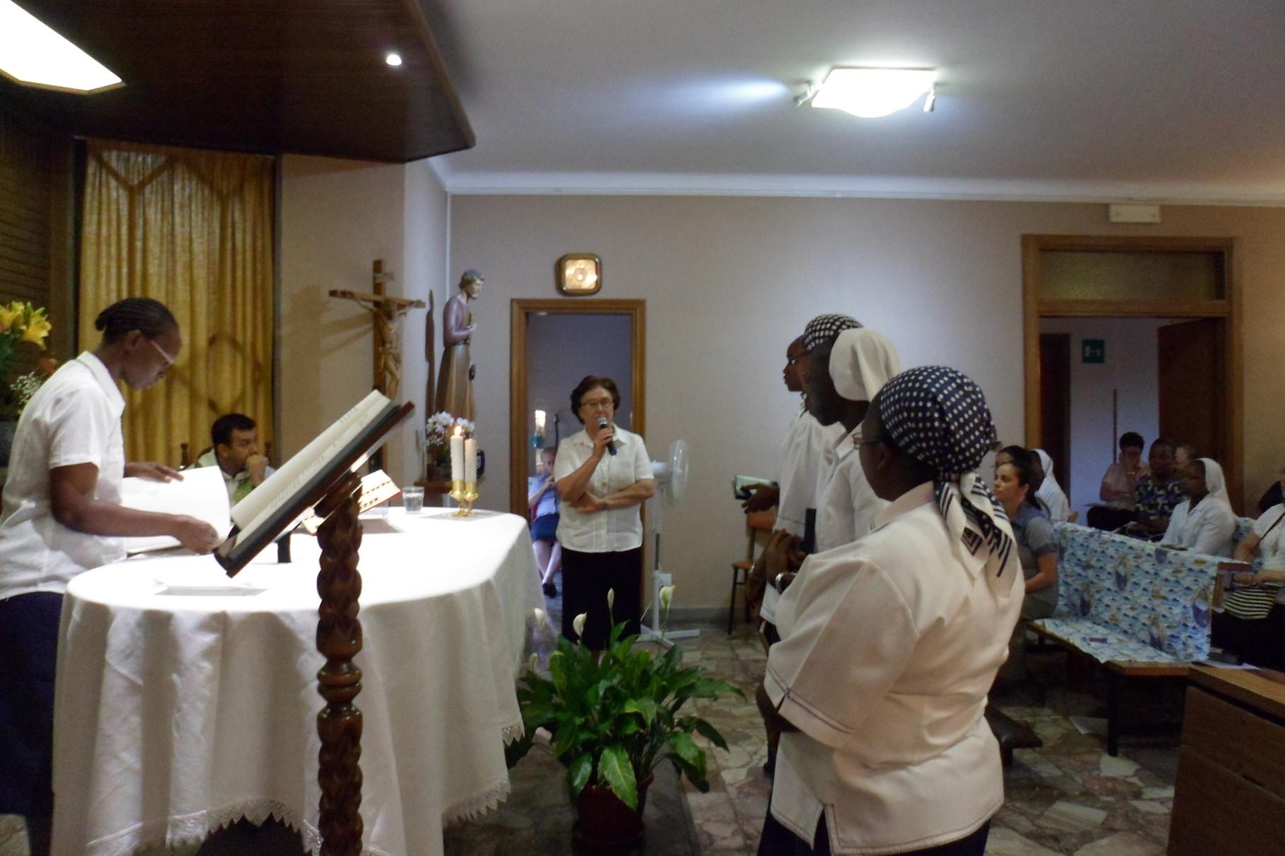 Soeur Nuria accueille les jeunes dans la congrégation