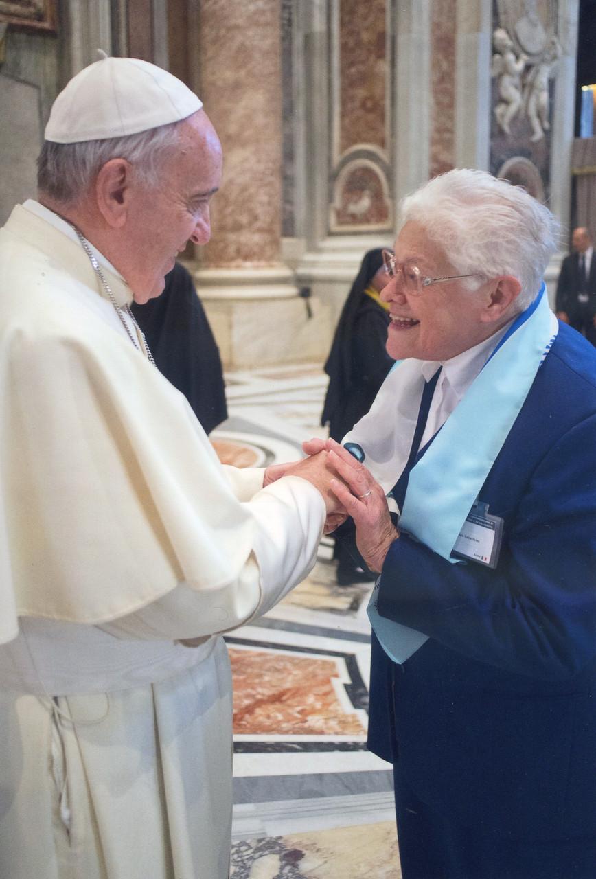 Maria Luiza la postulatrice avec le Pape © Osservatore Romano