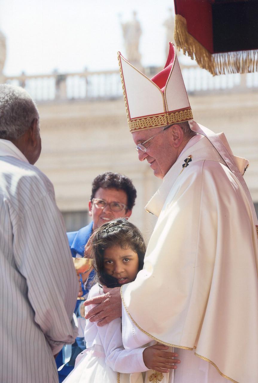 Le Pape : Emilly, son grand père, Ana Célia © Osservatore Romano