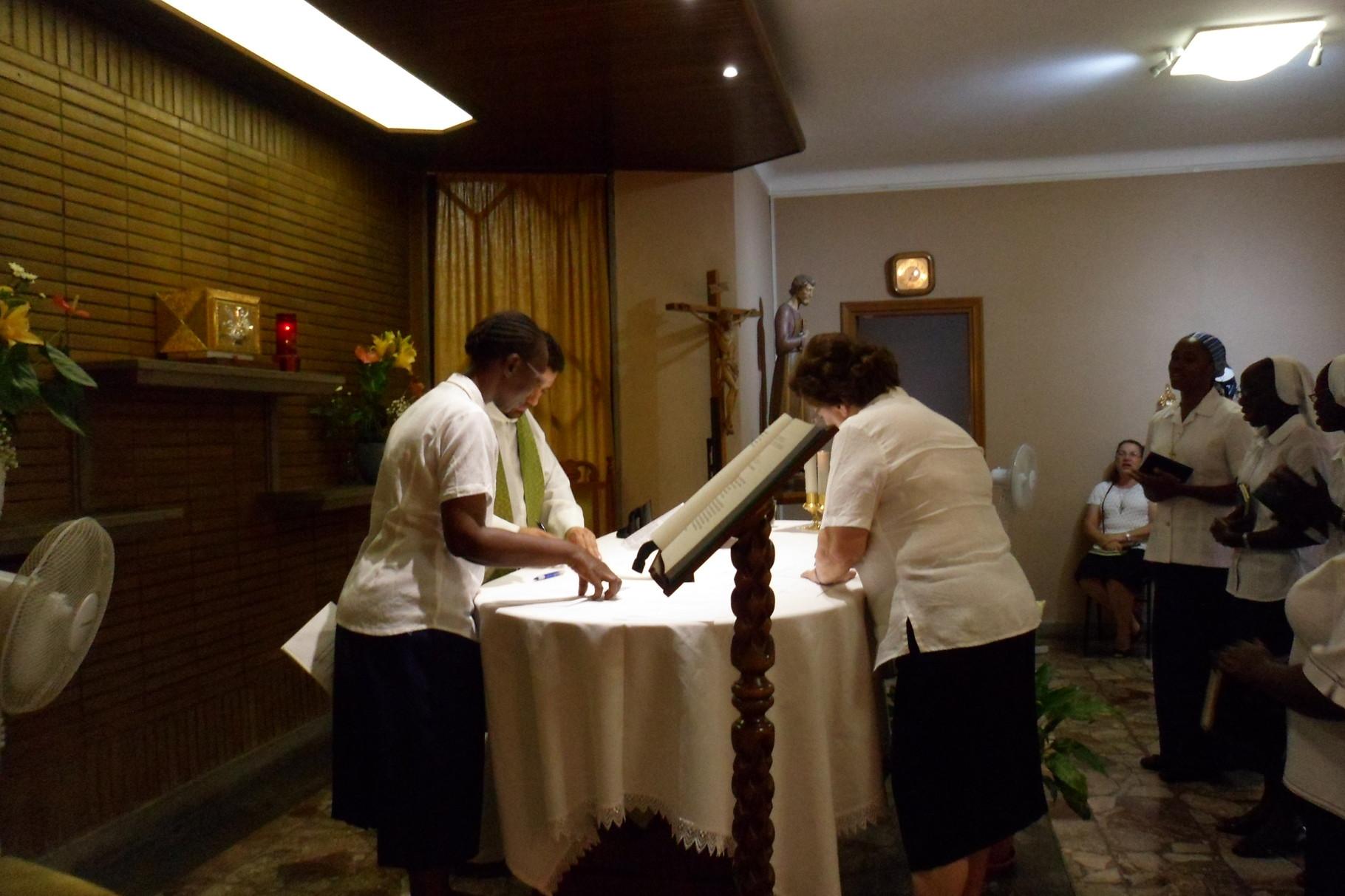 Soeur Nuria  et Père Marlon signent à leur tour