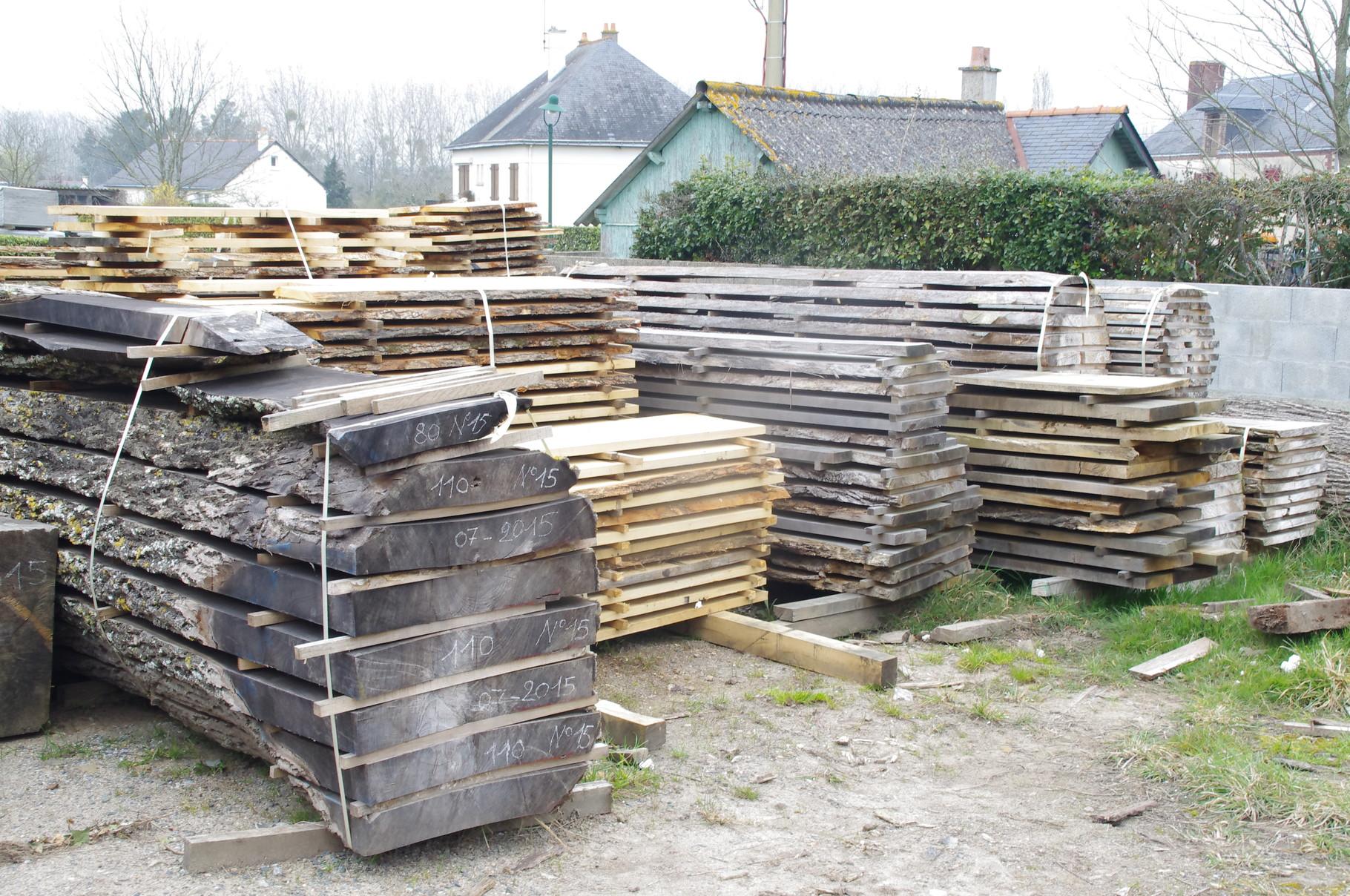 Le stock de bois débité qui sèche à l'air libre