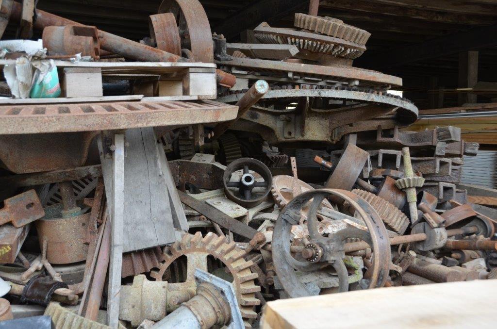 Le stock de vieilles pièces détachées de moulin