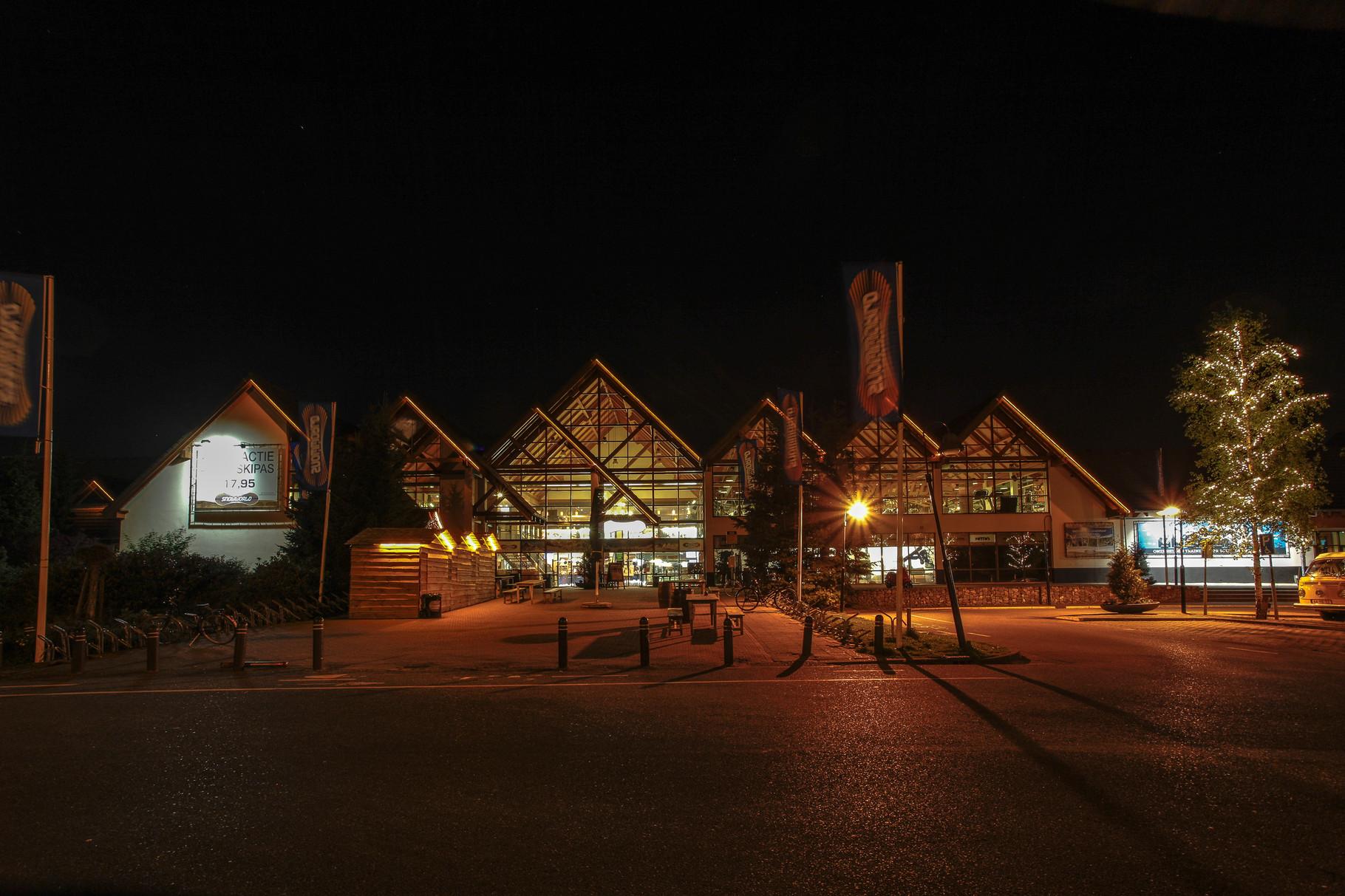 Nachtfoto ingang Snowworld Zoetermeer - DOKOE Fotografie