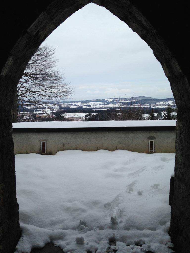 Aussicht aus dem Stollen der Grabkapelle des Kalvarienbergs bei Füssen