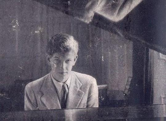Un jovencísimo Bruce Montgomery al piano, durante sus años estudiantiles en Oxford