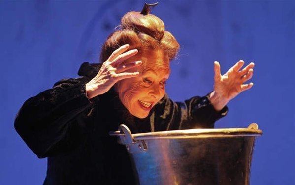 Gemma Cuervo: Celestina haciendo el conjuro del hilado...