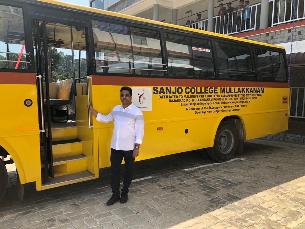 Pater Joy (unser Projektansprechpartner in Deutschland, Heek) vor einem durch Sponsor (Ludger Gausling) gespendeten Bus