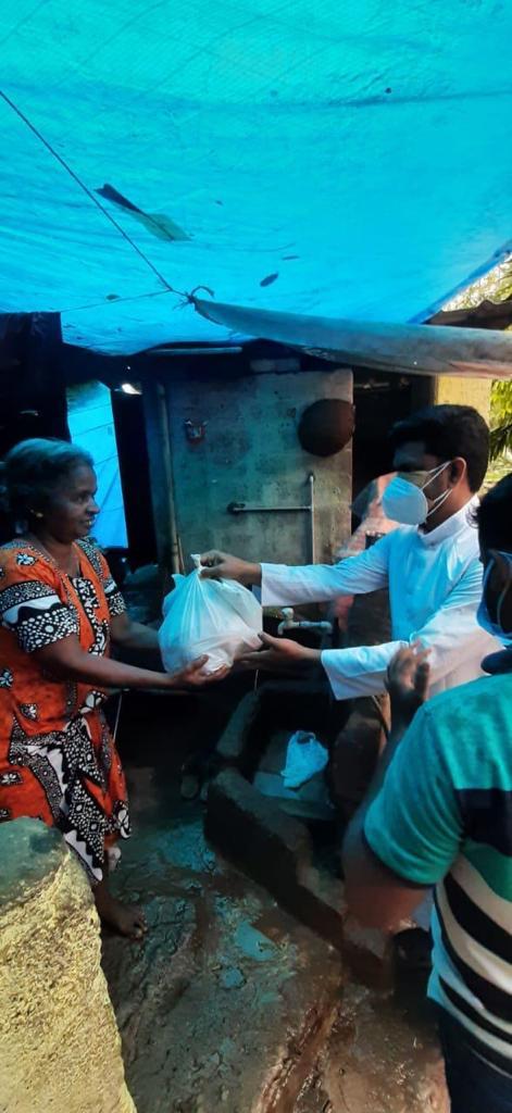 Übergabe von Hilfspaketes
