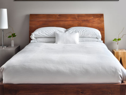 Holzbett mit Kopfteil