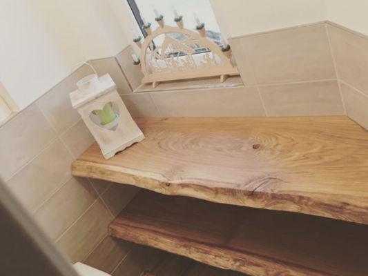 Massivholz Bohlen im Badzimmer als Regal
