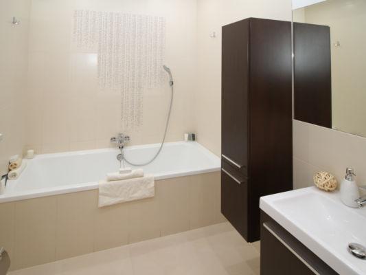 Badezimmer Hängeschrank und Waschtisch
