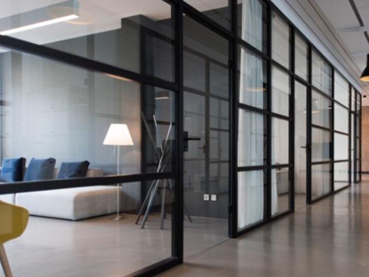 Raumteiler aus Glas mit Metallverkleidung