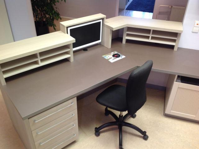 Empfangstresen rückansicht mit Schreibtisch