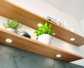Küchenbeleuchtung in Wandregalen