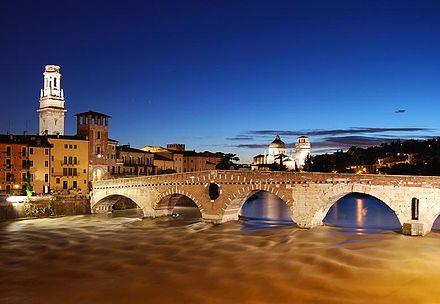 Ponte Pietro über den Etsch in Verona . Foto von Fabio Becchelli