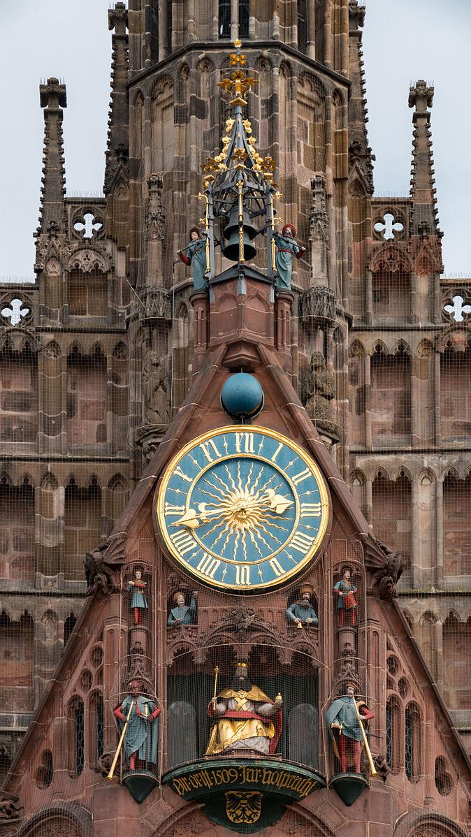 Die astronomische Uhr an der Frauenkirche in Nürnberg