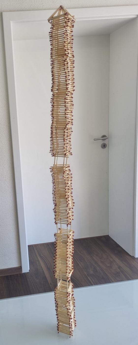 Dieser Streichholzturm ist 80 cm hoch geworden.