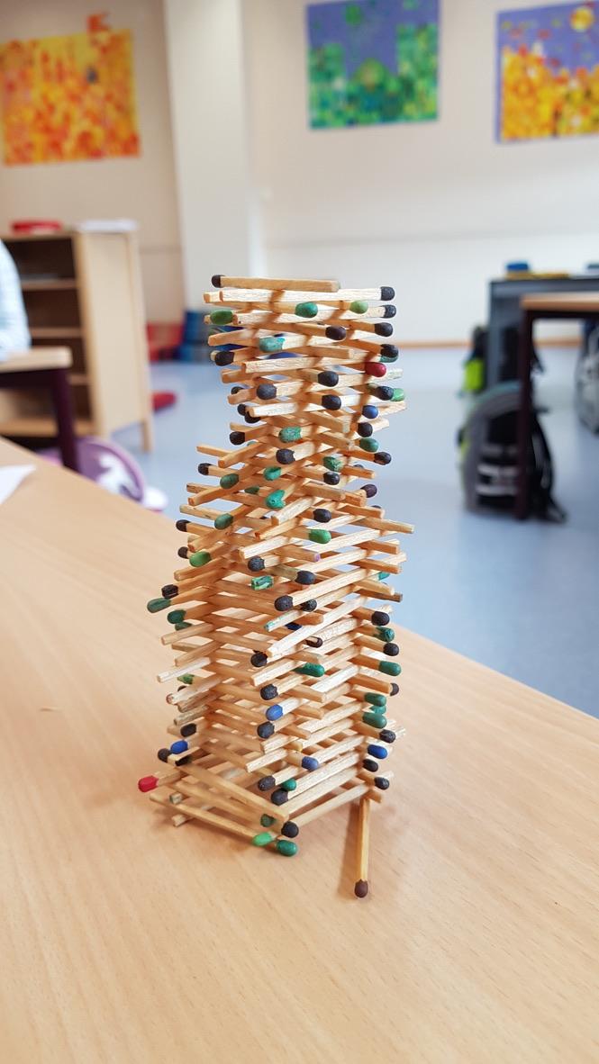 Dieser Streichholzturm ist 13 cm hoch geworden.