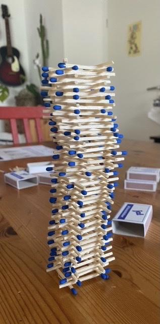 Dieser Streichholzturm ist 15 cm hoch geworden.