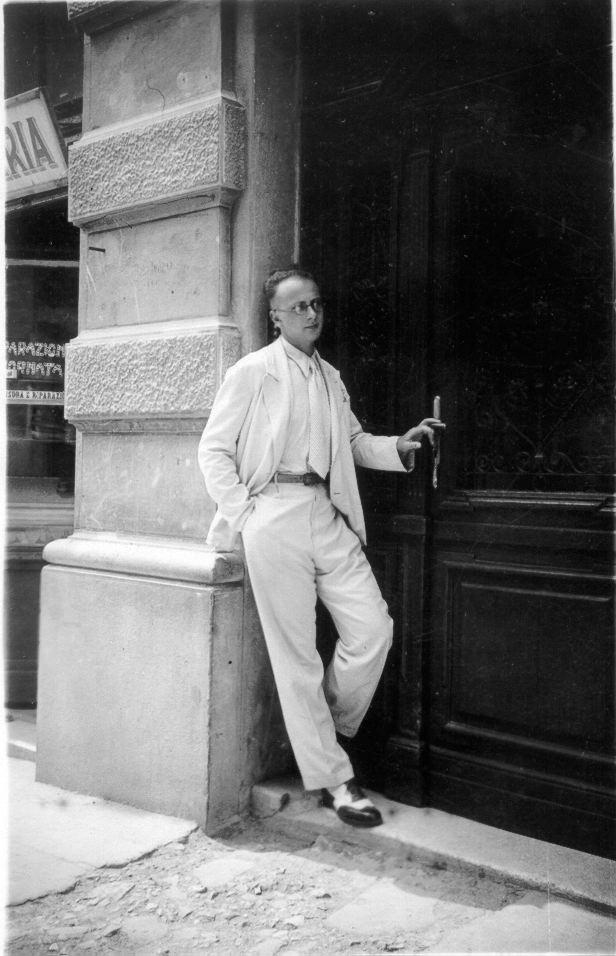 Giacomo Nagler (Kubi) con particolare delle scarpe che furono ritrovate a Castelfrentano nel palazzo Cavacini