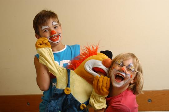 Kinder mit Clownpuppe