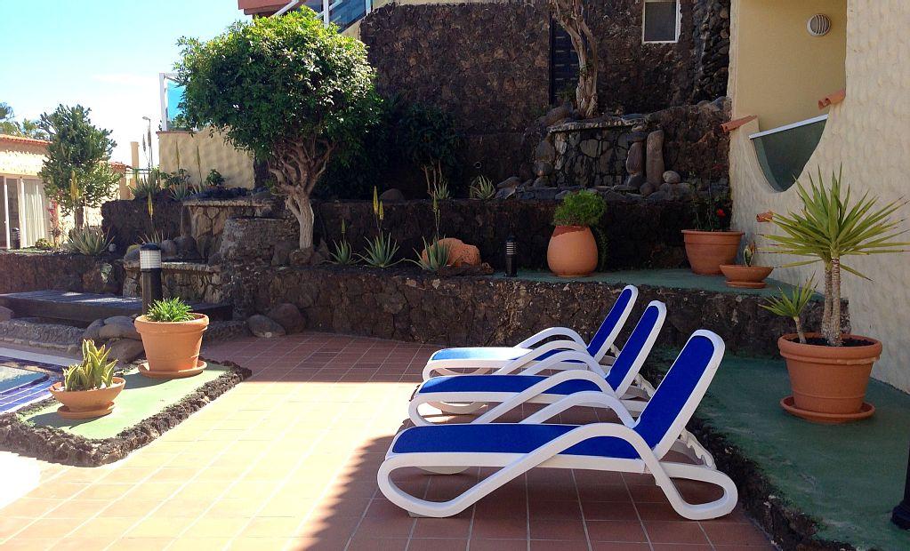 Kostenlose Liegen am Pool und Terrasse