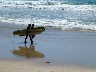 Bild: Surfer auf dem Weg zum Wasser