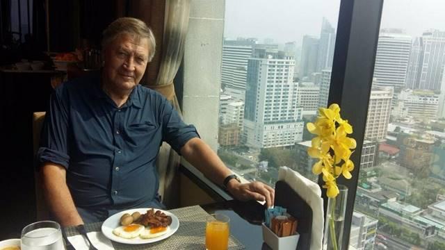 Bild: Ich beim Frühstück in der Hotel-Lounge in Bangkok