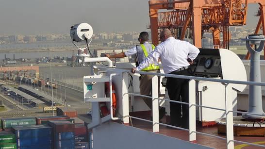 """Bild: Kapitän mit dem saudischen Lotsen beim """"Einparken"""" in Jeddah - Foto 1"""