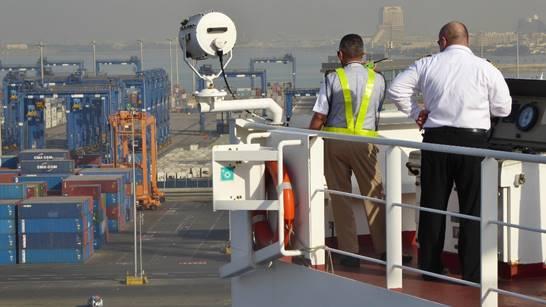 """Bild: Kapitän mit dem saudischen Lotsen beim """"Einparken"""" in Jeddah - Foto 4"""