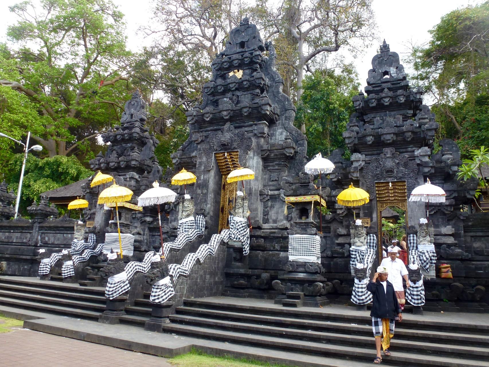 Engang zur Tempelanlage