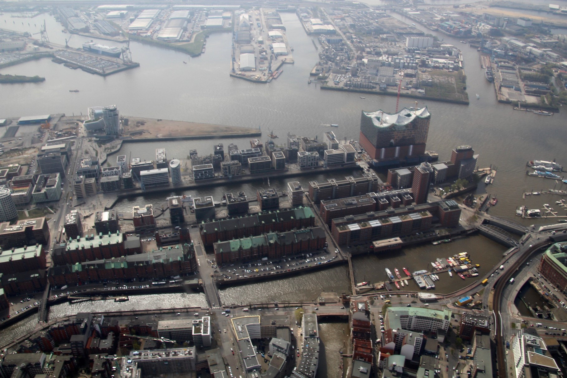 Hafen City mit Elbphilharmonie