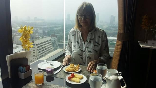 Bild: Magret beim Frühstück in der Hotel Lounge in Bangkok