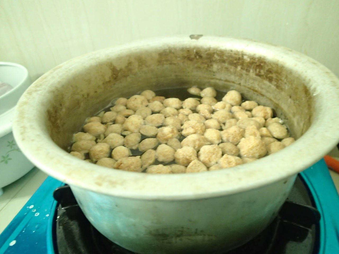 Boil soy balls in water with a sprinkle of salt