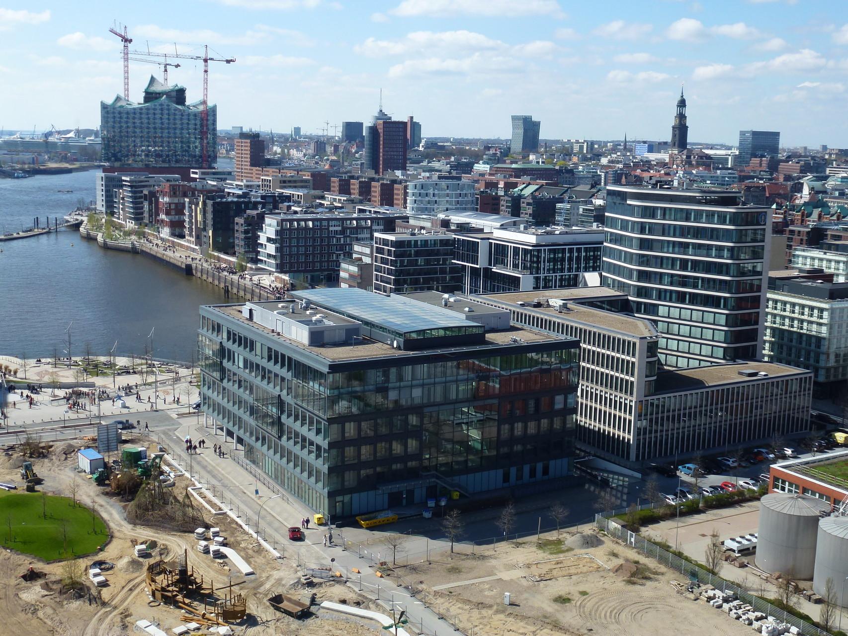 Blick vom Grasbrookpark auf Hamburg