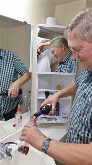 Bild: Wein wird in Plastikfalschen umgefüllt