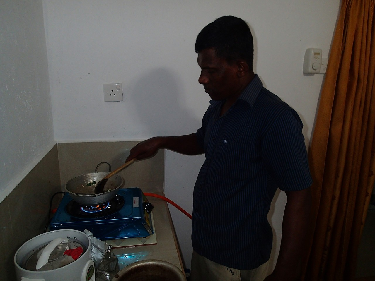 Mr Kumudu getting his frying on!