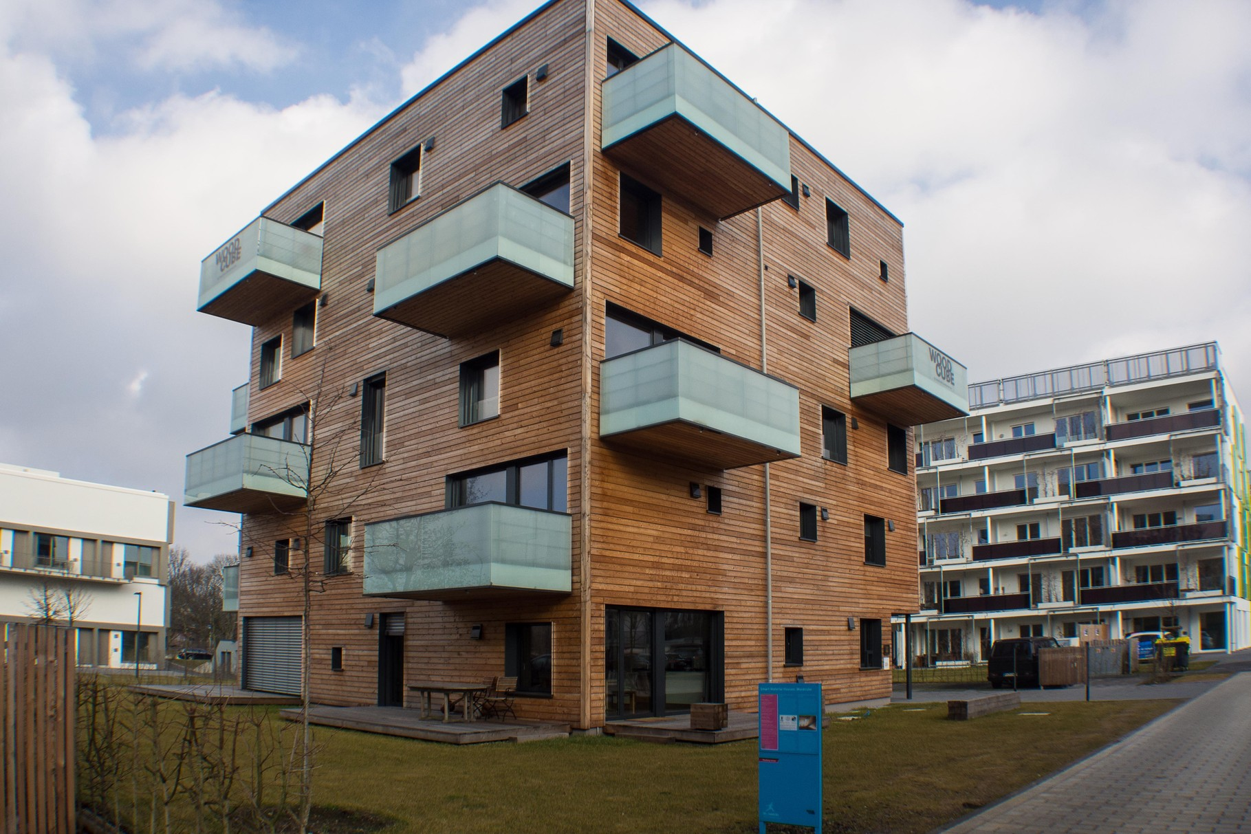 Smart Material Houses - Wood Cube
