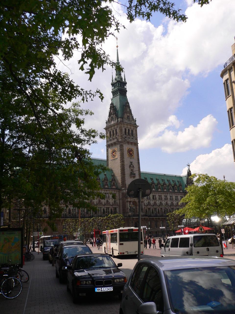 Blick auf das Rathaus von der Mönckebergstraße
