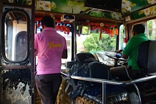 Bild: Im Bus vorn