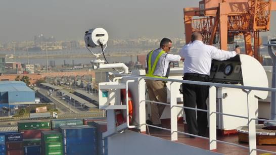 """Bild: Kapitän mit dem saudischen Lotsen beim """"Einparken"""" in Jeddah - Foto 2"""