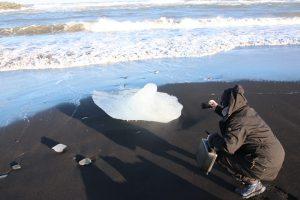 Eisstücke treiben auf dem Meer