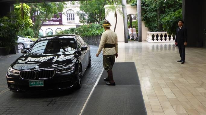 Bild: Ein BMW fährt vor die Einfahrt des Hotels