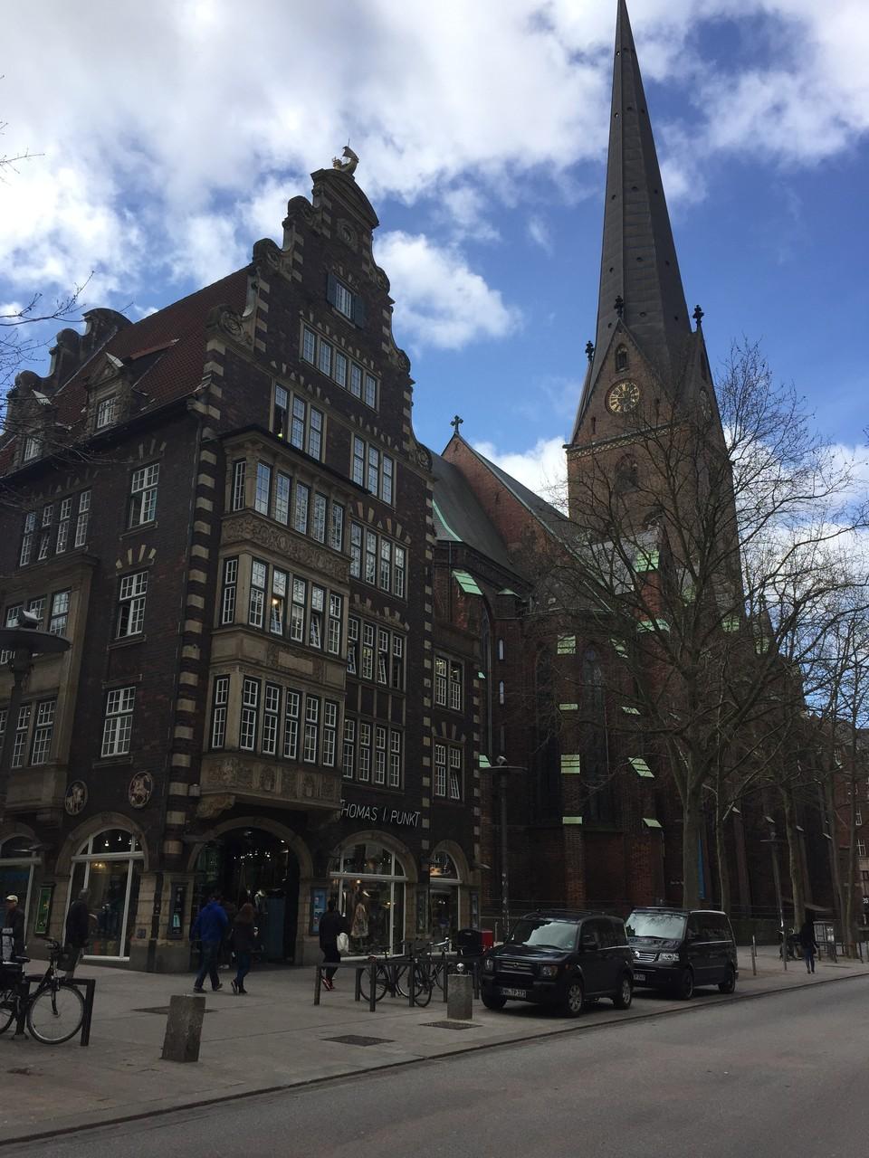 Mönckebergstraße - Thomas-i-Punkt im Hulbe Haus und Hauptkirche Sankt Petri