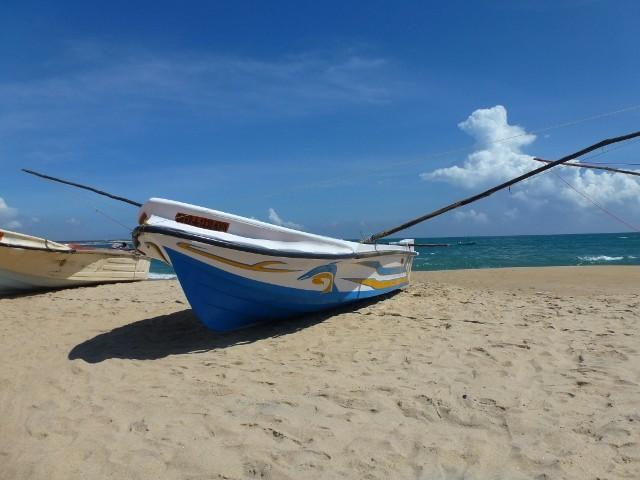 Fischerboot am Strand von Arugam Bay